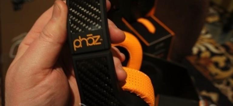 با هدفون Phaz P2 همزمان با پخش موسیقی، تلفن همراه تان را هم شارژ کنید